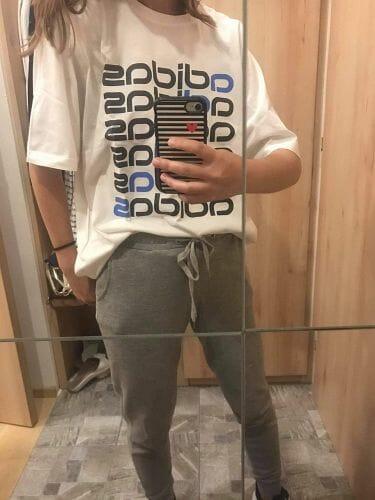 Hip hop oblečení na taneční trénink: volné tepláky a oversized triko
